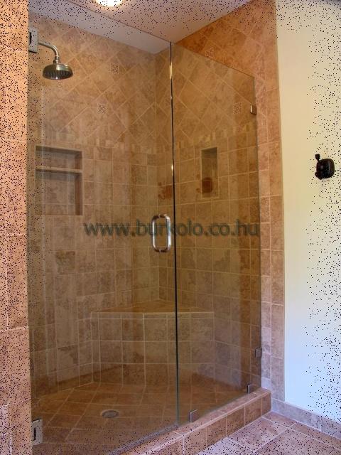 Ennél az épített zuhanyzónál a fürdőszoba sakábalet lett kialakítva zuhanyzás céljára. Határoló üvegfalak és az ajt semmit sem rejt el a zuhanyzóból