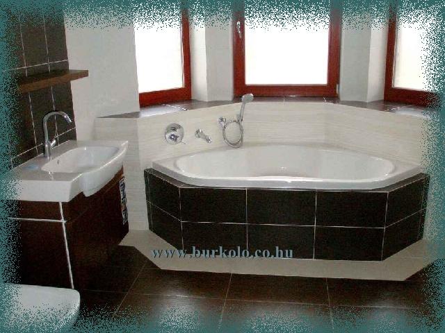 Különleges elrenezéssel épített kád jellegzetes színfoltja a fürdőszobának.