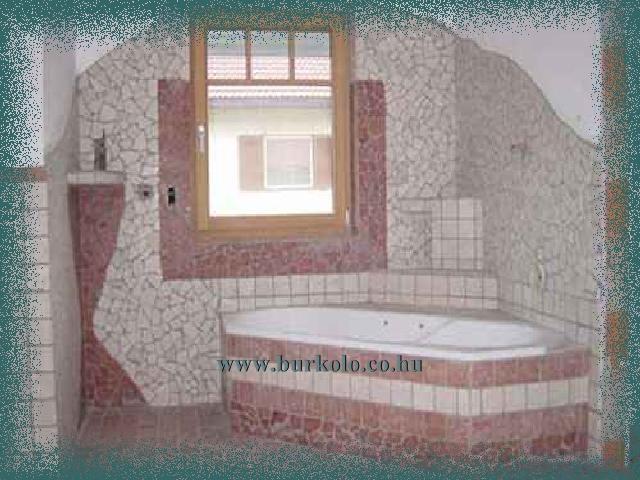 Beépített kád tört mozaik burkoló lap háttérrel