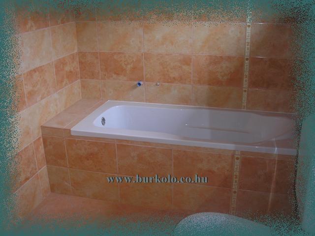 A narancsos színvilág mediterrán hangulatot kölcsönöz a beépített fürdőkádnak