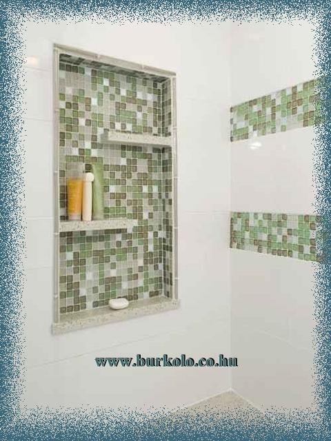Fürdőszoba polc a fal síkjába süllyesztett kivitelben lett építve, így nem foglal helyet.