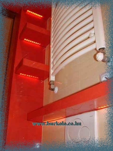 Polc aljába sülyyesztett led sor derengő fényt biztosít a fürdőszobában