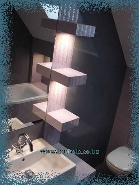 Hangulatos fürdőszobai világítást lehet az épített polc aljába sűllyeszteni
