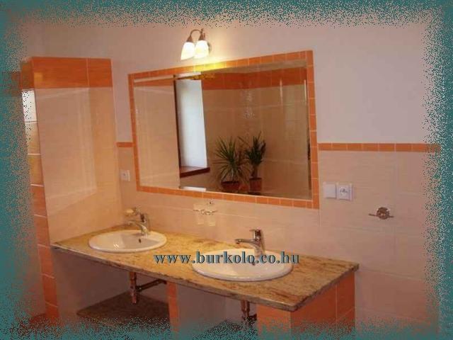 Épített mosdónál jól használható a kerámia mellett a polirozott felületü márvány vagy gránit is.