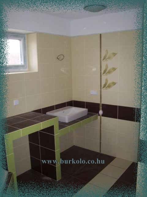 A mosdópult mellett beépített szekrény is épült, ahol rengeteg háztartásban nélkülözhetetlen anyagot lehet tárolni