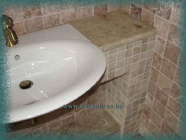 A mosdó tál kugrik a pult síkjából. Kis helyre épített bútor esetén alkalmazhatunk ilyen megoldást