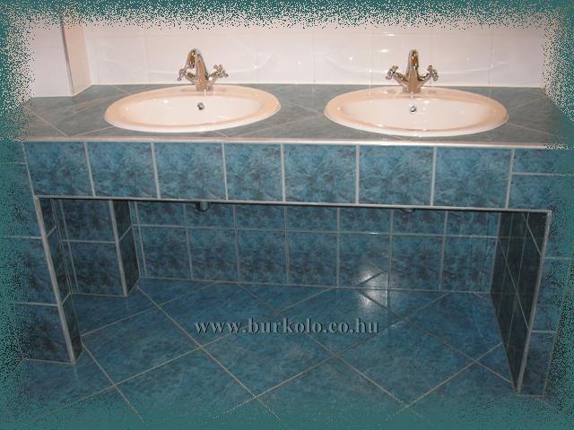 Kényelmesen elfér egymás mellett a két mosdótál.